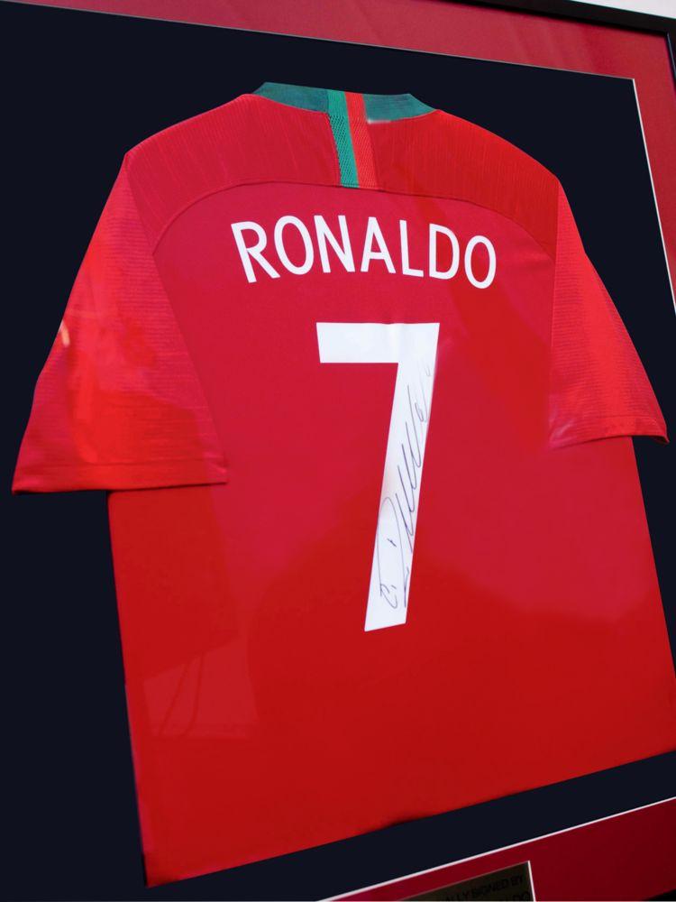 Футболка сборной Португалии с автографом Криштиану Роналду