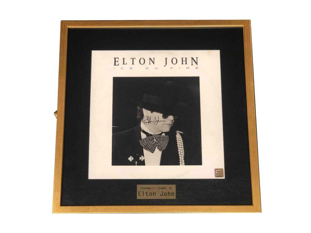 Пластинка с автографом Элтона Джона фото с автографом одри хэпберн